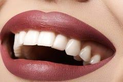 dentaire Le sourire heureux avec les lèvres rouges préparent, les dents saines blanches photos stock
