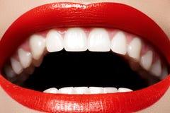 Dentale. Sorrida con trucco degli orli, denti bianchi di salute Immagini Stock Libere da Diritti