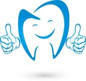 Dente com mãos e logotipo do sorriso, do dente e do dentista ilustração royalty free