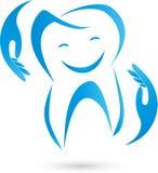 Dente com mãos e sorriso, dentista e logotipo dos cuidados dentários ilustração do vetor