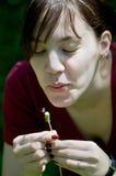 Dente-de-leão de sopro da rapariga Imagem de Stock Royalty Free