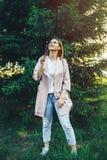 Dente-de-leão de sopro da jovem mulher da beleza que deseja Joy Concept imagem de stock royalty free