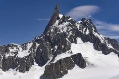 Dente del Gigante山顶的看法在勃朗峰断层块 免版税库存照片