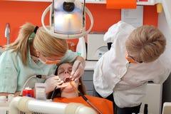 Dente dentario di procedura, di perforazione e del materiale da otturazione Fotografia Stock