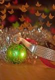 Dente reto e um ornamento verde da esfera do Natal Fotografia de Stock