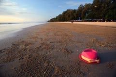 Dentelez le chapeau sur la plage Photo stock