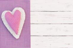 Dentelez le coeur vérifié d'amour de tissu pour le fond de jour de valentines Photo libre de droits
