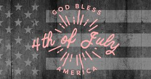 Dentelez le quatrième du graphique de juillet contre le drapeau américain gris sur le panneau en bois Photos stock