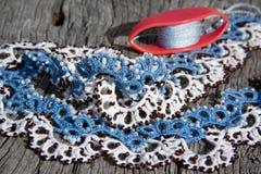 Dentelle blanche et bleue faite main, technique d'ankars de frivolite Image libre de droits