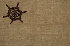 Dentelle de napperon de crochet sur le fond de toile Image stock