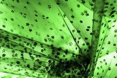 Dentelle verte sur le fond blanc Écoutez le mince et féminin Image libre de droits