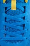 Dentelles de chaussure de nouvelles espadrilles bleues Photos libres de droits