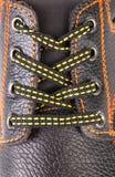Dentelles de chaussure en cuir noires en plan rapproché. Photographie stock