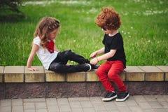 Dentelles de lien de petite fille d'aides de garçon Images libres de droits