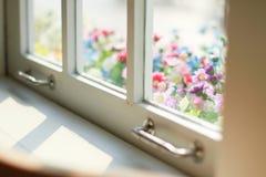 Dentelli blu e bianco fuori della finestra Fotografia Stock