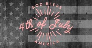 Dentelli il quarto del grafico di luglio contro la bandiera americana grigia sul pannello di legno Fotografie Stock