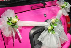 Dentelli l'automobile di cerimonia nuziale con le decorazioni del fiore Immagini Stock