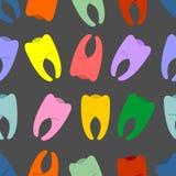Dentes coloridos em um teste padrão sem emenda do fundo cinzento Hila do vetor Fotos de Stock Royalty Free