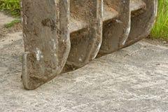 Dentes da cubeta na terra Imagem de Stock