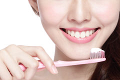 Dentes da escova da mulher do sorriso Fotografia de Stock