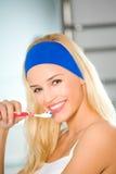 Dentes da limpeza da mulher Imagens de Stock Royalty Free