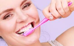 Dentes da limpeza de escovadela da mulher foto de stock