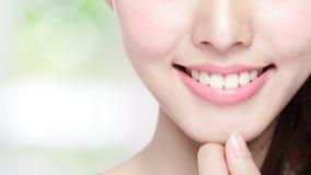 Dentes da saúde da jovem mulher Foto de Stock Royalty Free
