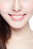 Dentes da saúde da jovem mulher Fotografia de Stock