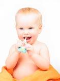 Dentes de escovadela da criança feliz imagem de stock royalty free