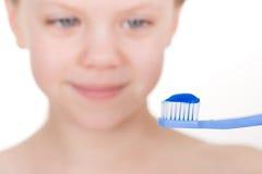 Dentes de escovadela da criança - menina de sorriso Fotografia de Stock