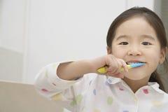 Dentes de escovadela da moça Foto de Stock Royalty Free