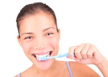 Dentes de escovadela da mulher imagens de stock royalty free