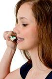 Dentes de escovadela da mulher adolescente bonita fotografia de stock royalty free