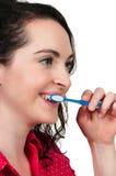 Dentes de escovadela da mulher bonita fotografia de stock