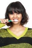 Dentes de escovadela da mulher bonita foto de stock