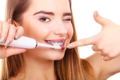 Dentes de escovadela da mulher com cintas usando a escova Imagem de Stock Royalty Free