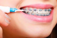 Dentes de escovadela da mulher com cintas usando a escova Fotografia de Stock