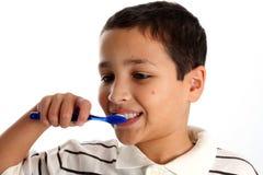 Dentes de escovadela do menino foto de stock