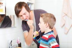 Dentes de escovadela do pai e do filho Fotos de Stock