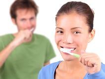 Dentes de escovadela dos pares novos junto Fotografia de Stock