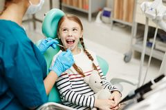 Dentes de exame das crianças do dentista fotografia de stock royalty free