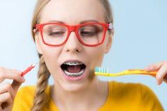 Dentes de sorriso da limpeza da mulher com cintas Imagem de Stock