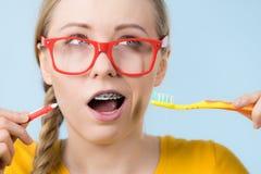 Dentes de sorriso da limpeza da mulher com cintas foto de stock royalty free