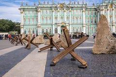 dentes do Anti-tanque na ação militar-patriótica dedicada ao dia da memória e ao sofrimento no quadrado do palácio, St Petersburg Fotografia de Stock Royalty Free