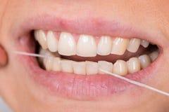 Dentes flossing da mulher fotos de stock