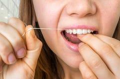 Dentes flossing da mulher com fio dental fotos de stock royalty free