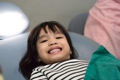 Dentes pacientes da menina no branco no escritório do ` s do dentista Fotos de Stock Royalty Free