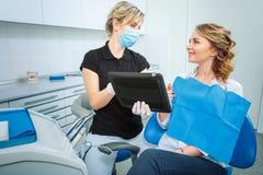Dentes saudáveis e cuidados médicos dentais O dentista profissional seguro do doutor está trabalhando com o paciente consideravel fotografia de stock