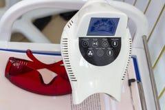 Denti che imbiancano dispositivo in odontoiatria di cosmetologia dell'ufficio immagini stock
