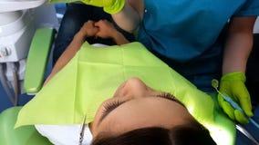 Denti d'esame dei pazienti dello stomatologo, igiene della cavità orale di igiene della cavità di bocca immagine stock libera da diritti
